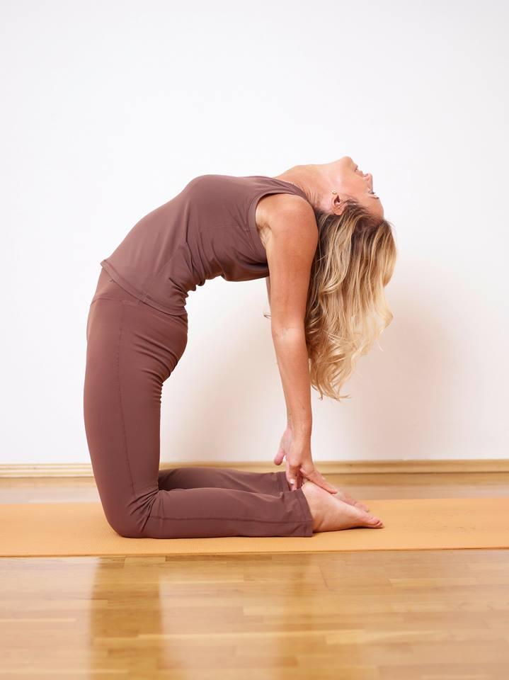 Veronika übt Ustrasana (das Kamel) in ihrem Yogastudio MahaShakti